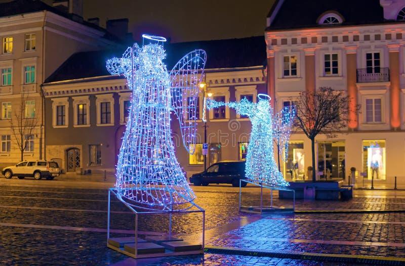 De nacht van de Kerstmiskomst bij de Stad Hall Square van Vilnius royalty-vrije stock afbeelding