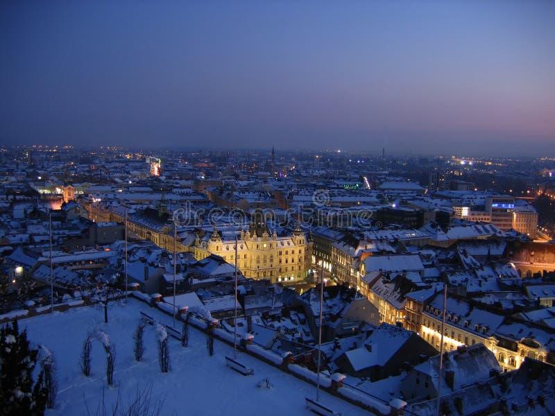 De nacht van de winter in Graz stock afbeeldingen