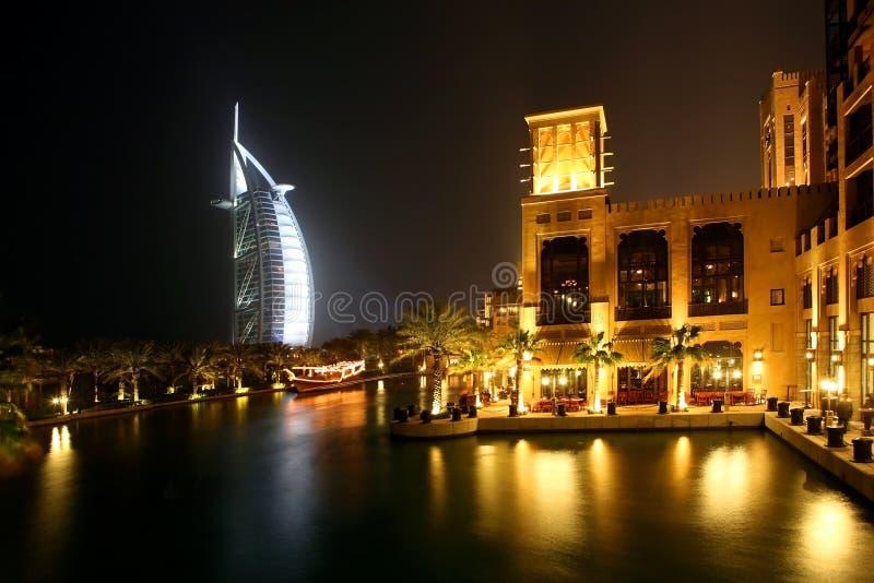 De Nacht van Doubai royalty-vrije stock afbeeldingen