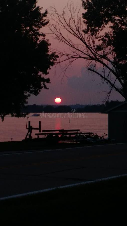 De nacht van het zonsondergangmeer royalty-vrije stock foto