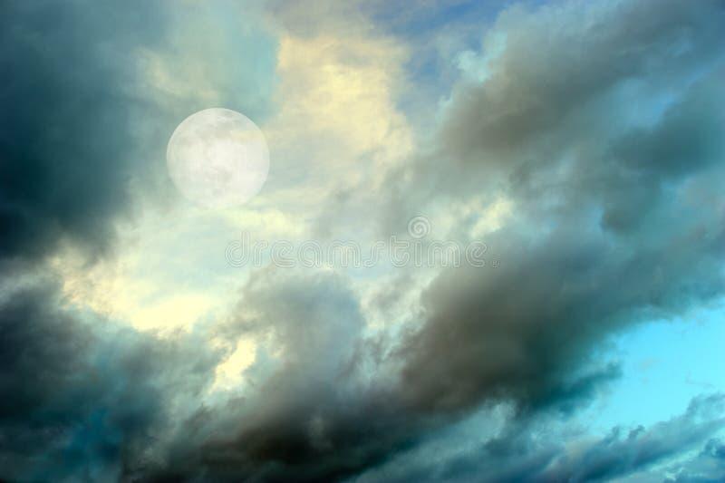 De Nacht van maanwolken stock fotografie
