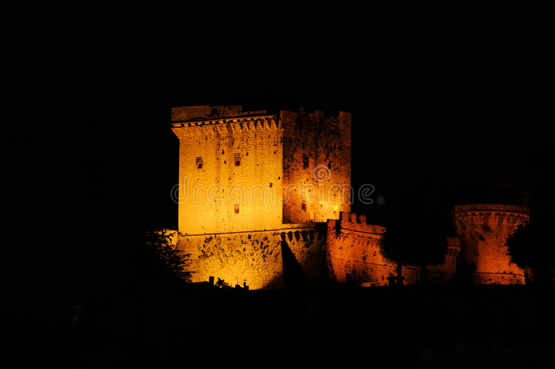 De nacht van Sarteano stock afbeeldingen