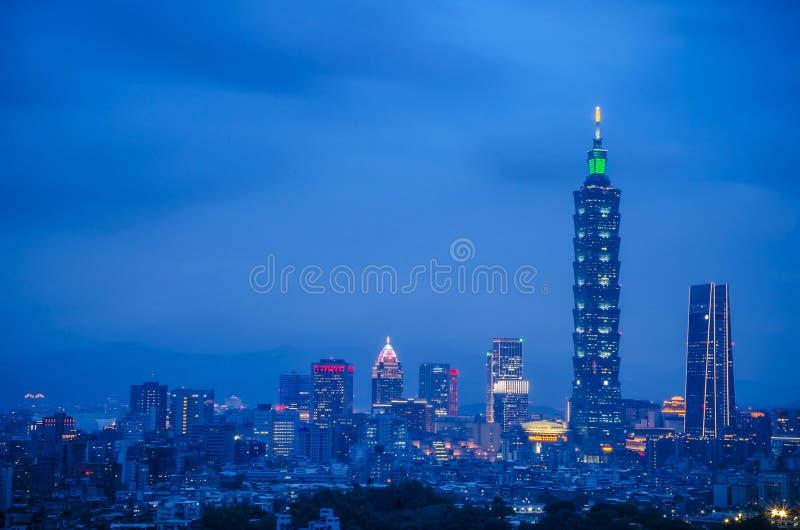 De nacht van de stad van Taipeh met 101 toren, Centrum is een oriëntatiepuntwolkenkrabber in Taipeh, Taiwan royalty-vrije stock fotografie