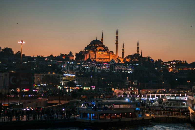 De nacht warme kleur van Istanboel Eminonu stock foto