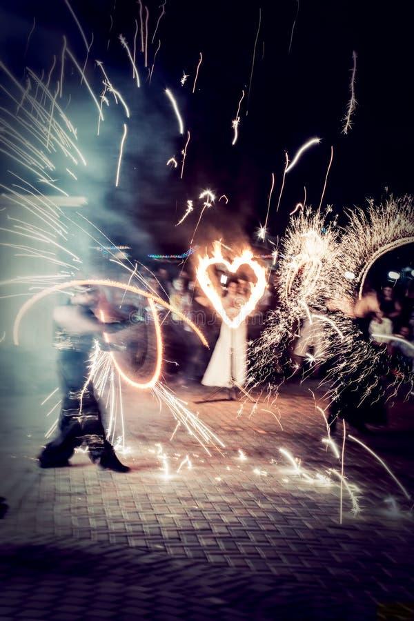 De nachtbrand toont bij het huwelijk stock afbeelding