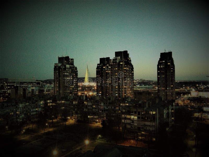 De nachtelijke hemel van Novi Beograd Servië stock afbeelding