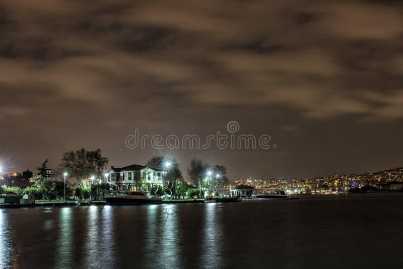 De nachtfoto van Ä°stanbulbosphorus stock foto
