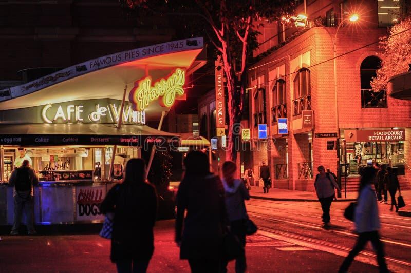 De nachtfotografie van Harrys Cafe DE Wheels is een Australische pictogram dienende pastei, pasteien en hotdogs in Hay St, Sydney stock foto's