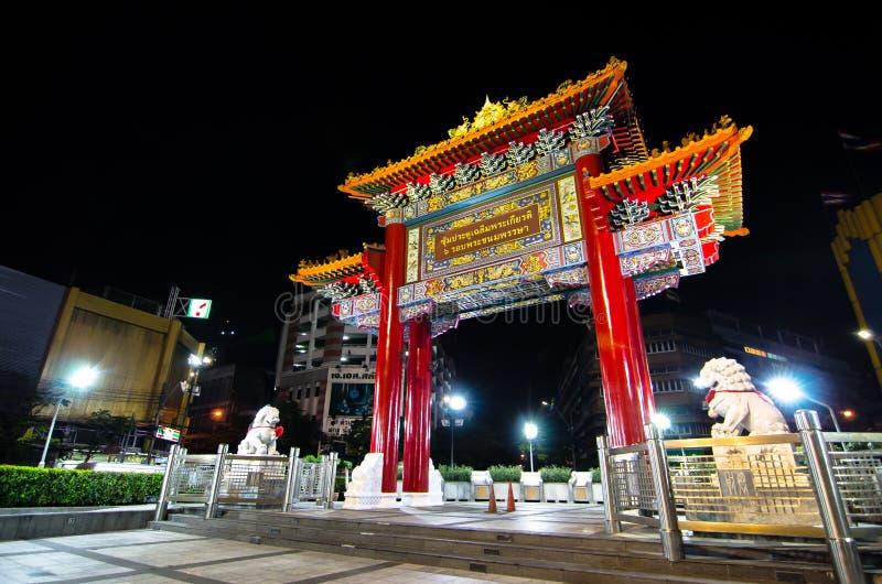 De nachtfotografie van de poort van China riep ` Odean ` bij Yaowarat-Road als oriëntatiepunt van de Chinatown van Bangkok ` s royalty-vrije stock afbeeldingen