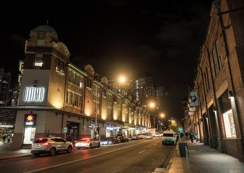 De nachtfotografie van Ultimo Weg in Haymarket, wordt het gevestigd op het zuidelijke eind van het van Bedrijfs Sydney centrale d stock afbeeldingen