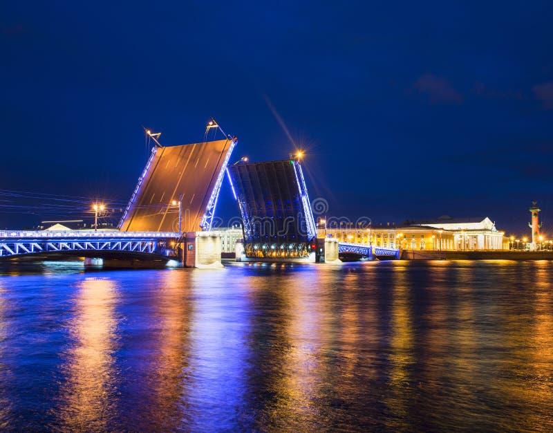 De de nachtgang van St. Petersburg toont op de rivier royalty-vrije stock afbeeldingen