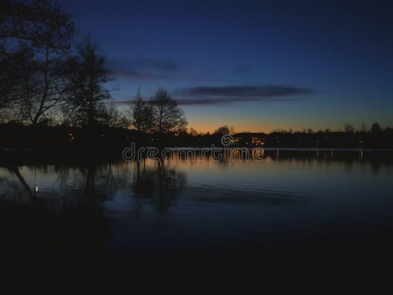 De nachthemel over meer stock foto
