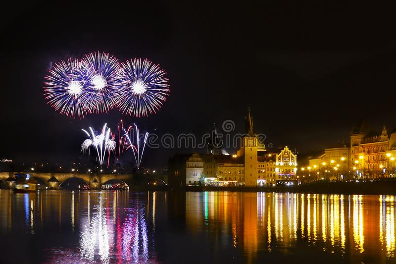 De de Nachthemel van vuurwerkpraag toont royalty-vrije stock fotografie