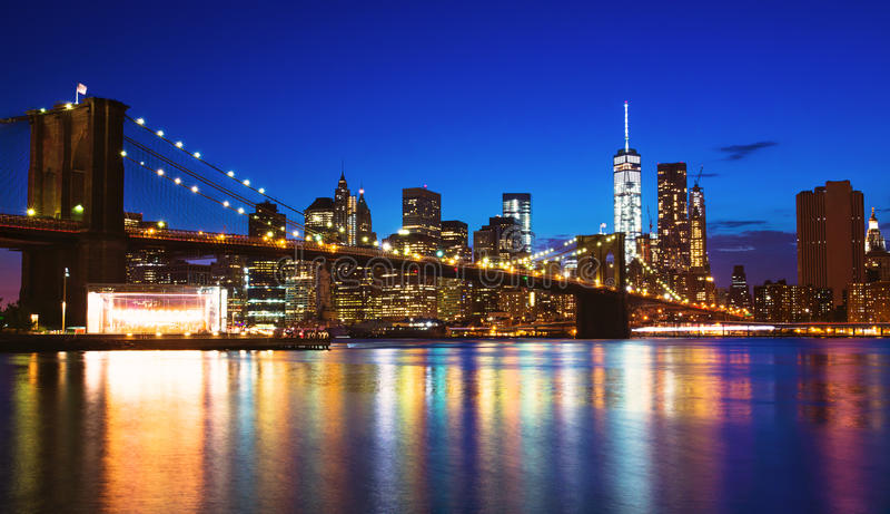 De nachthorizon van New York stock afbeeldingen