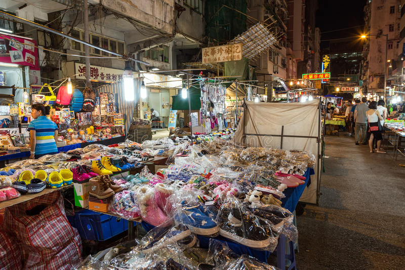 De Nachtmarkt van de tempelstraat in Hong Kong bij nacht stock afbeeldingen