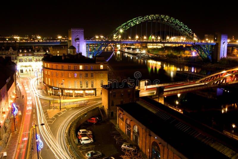 De nachtmening over de straten, de Tyne-de brug en de Tyne dokken, glanzende verkeerslijnen, Newcastle op de Tyne stock foto's