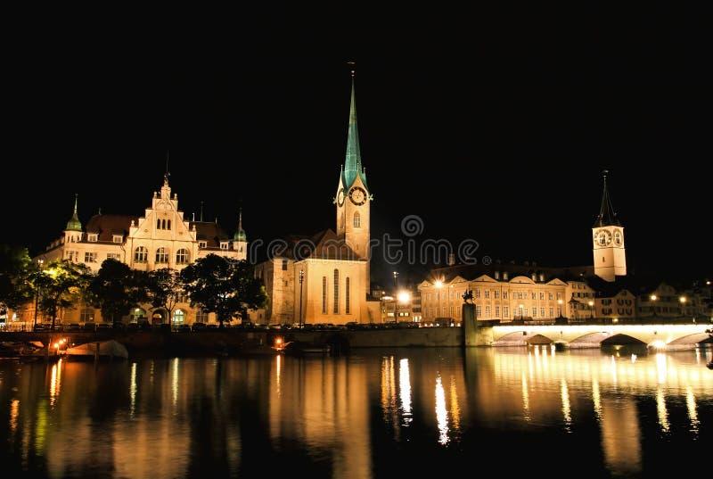 De nachtmening van belangrijke oriëntatiepunten in Zürich royalty-vrije stock fotografie