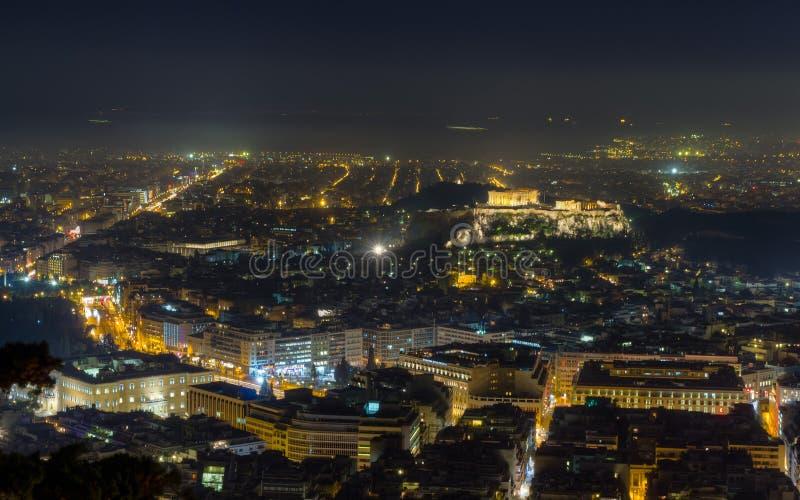 De nachtmening van de akropolis van Lycabettus heuvel, Athene stock foto's