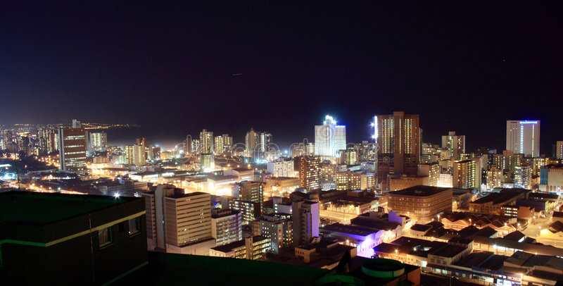 De nachtmening van de stad stock foto's