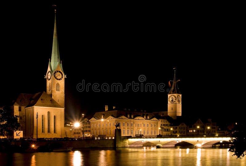 De nachtmening van Fraumunster in Zürich royalty-vrije stock foto