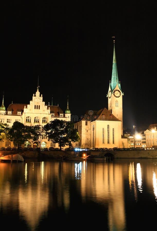 De nachtmening van Fraumunster in Zürich royalty-vrije stock afbeelding