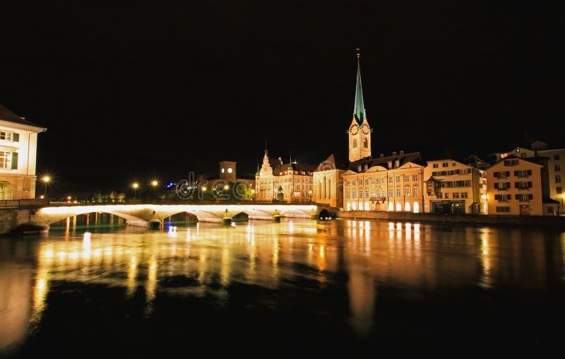 De nachtmening van Fraumunster in Zürich royalty-vrije stock foto's