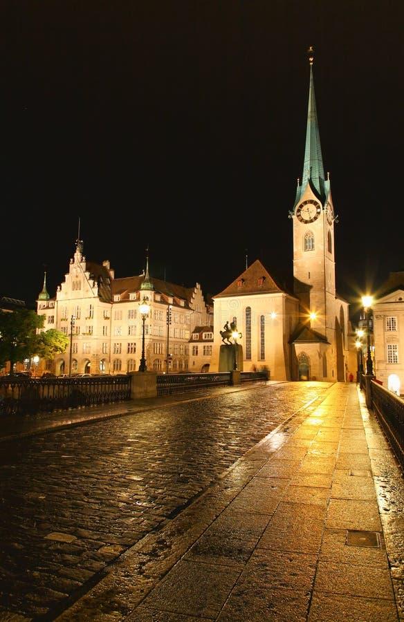 De nachtmening van Fraumunster in Zürich stock afbeelding