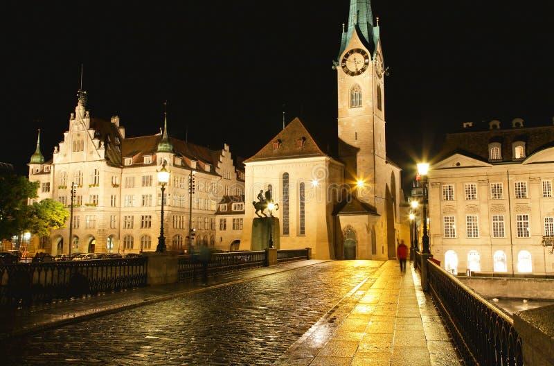 De nachtmening van Fraumunster in Zürich stock foto