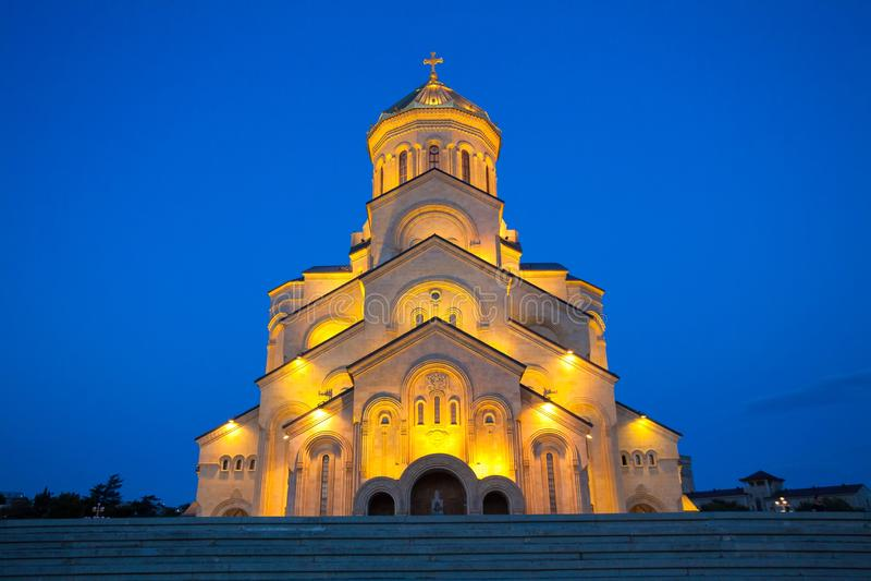 De nachtmening van de Heilige Drievuldigheidskathedraal van Tbilisi dat algemeen als Sameba wordt bekend is de belangrijkste kath stock fotografie