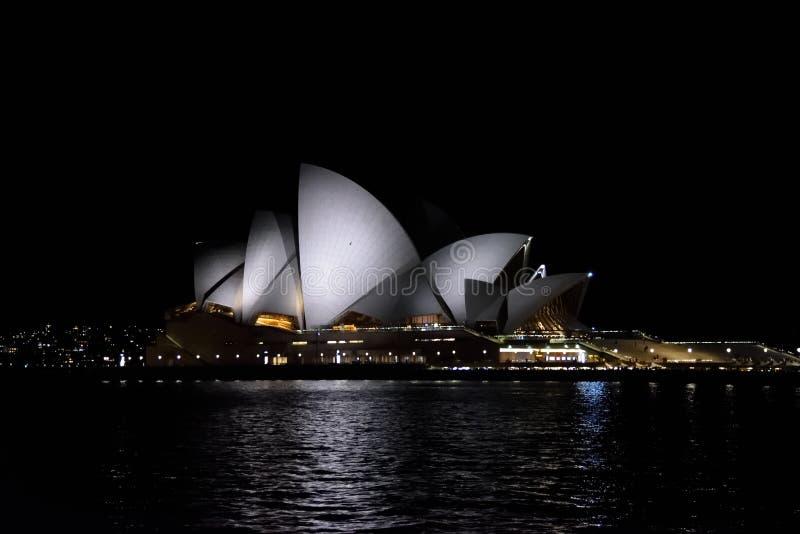 De nachtmening van Sydney Opera stock afbeelding