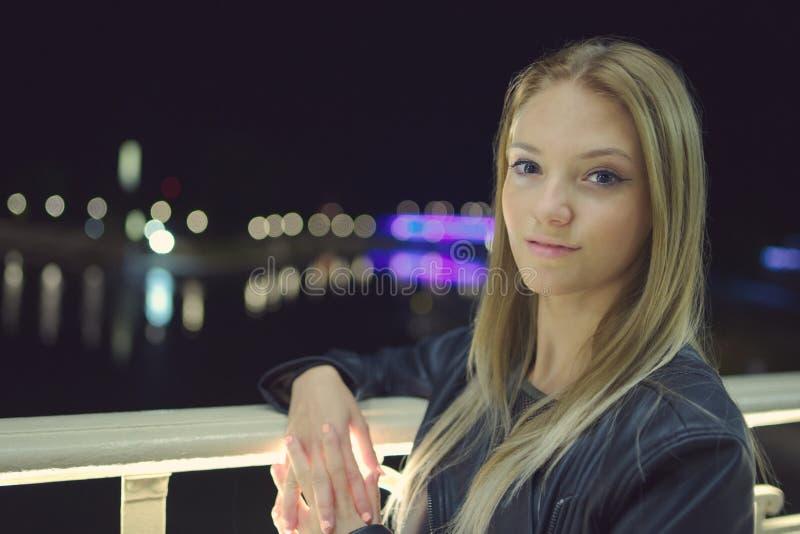 De Nachtportret van het tienermeisje stock afbeeldingen