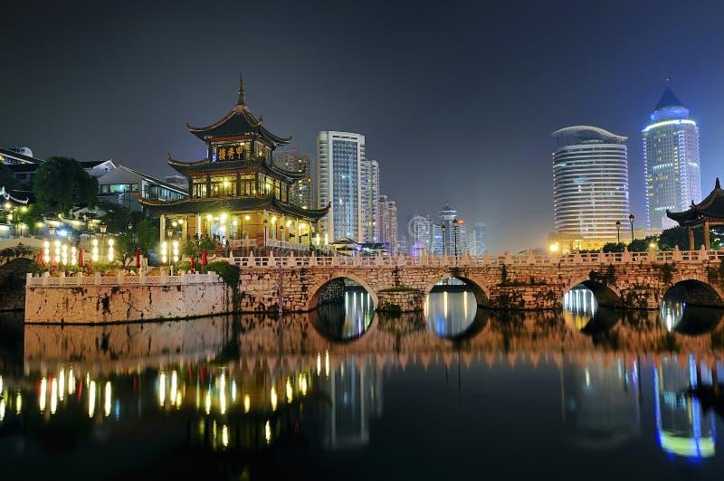 De nachtscène van de stad stock afbeeldingen