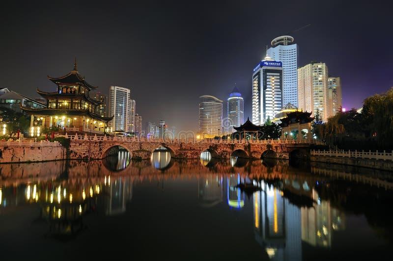 De nachtscène van de stad stock foto's