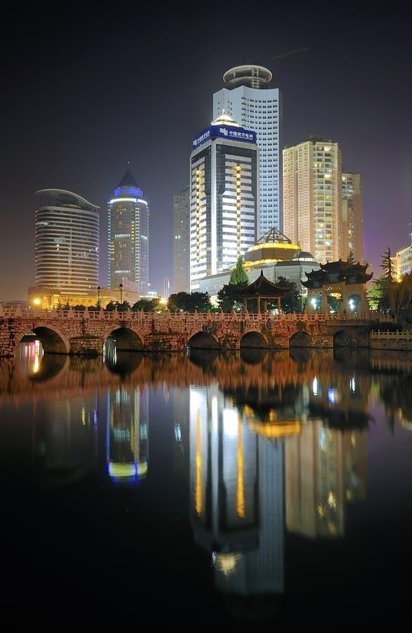 De nachtscène van de stad royalty-vrije stock afbeelding