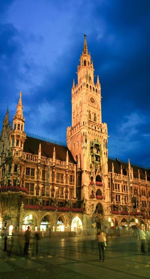 De nachtscène van het stadhuis van München royalty-vrije stock fotografie