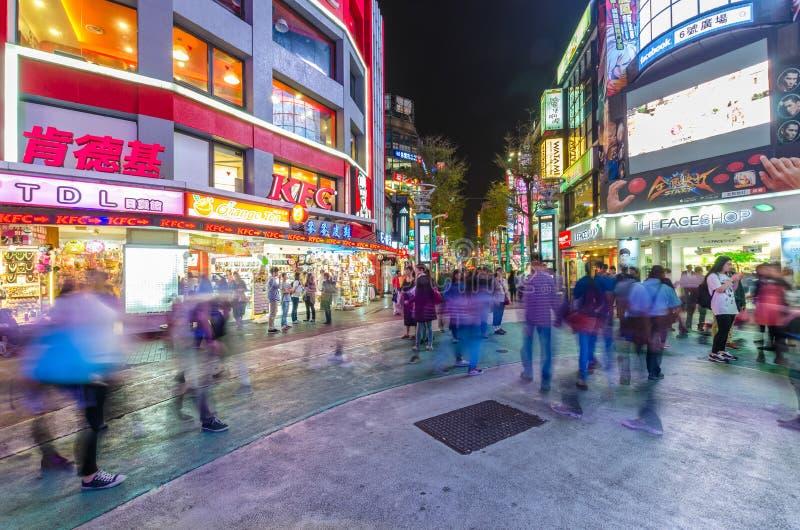 De nachtscène van Ximending, het is de bron van de manier van Taiwan ` s, subcultuur, en Japanse cultuur De mensen kunnen het gez royalty-vrije stock afbeeldingen