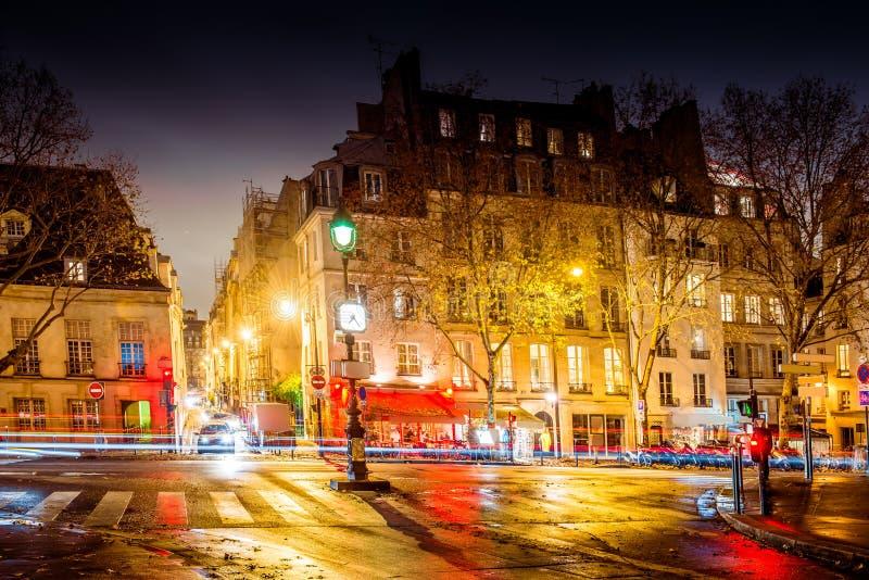 De nachtstraat van Parijs stock afbeeldingen