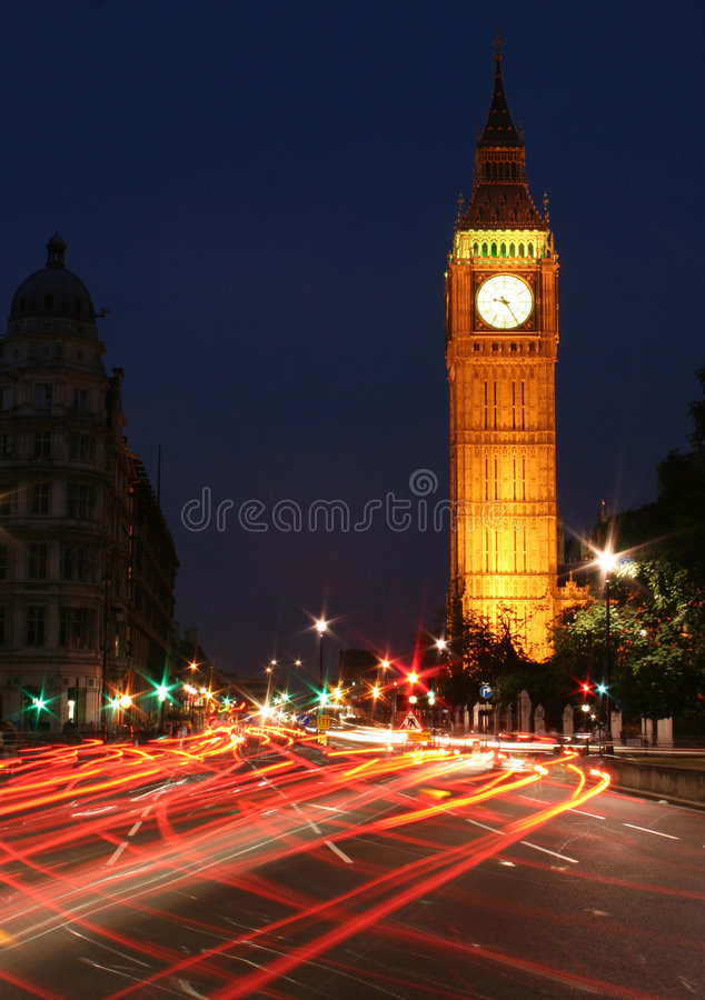 De nachtverkeer van de Big Ben stock fotografie