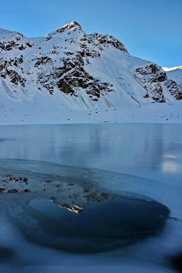 De nachtvorst bevroor volledig niet de bergrivier Prik in het blauwe ijs Snel stroom royalty-vrije stock afbeelding