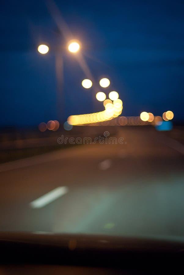 De nachtweg in de stad stock foto's
