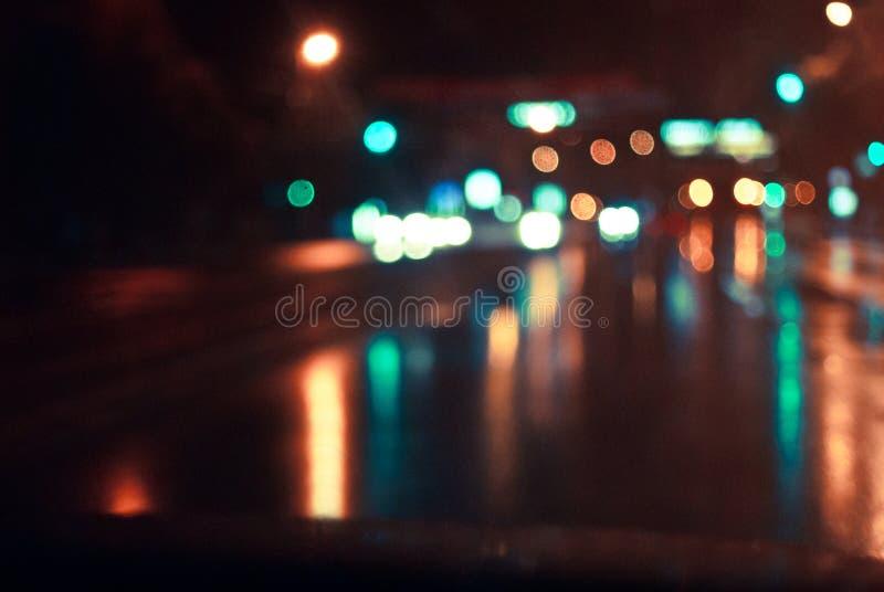 De nachtweg in de stad stock afbeeldingen