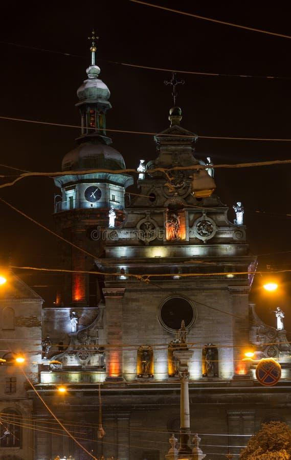 De nachtwinter Bernardine Church en klooster, Lviv-stad, de Oekraïne stock fotografie