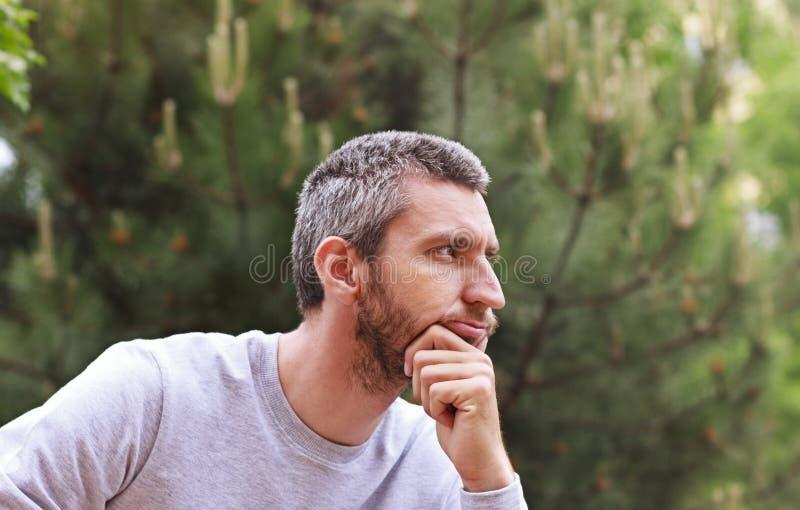 De nadenkende mens onderzoekt de afstand royalty-vrije stock foto