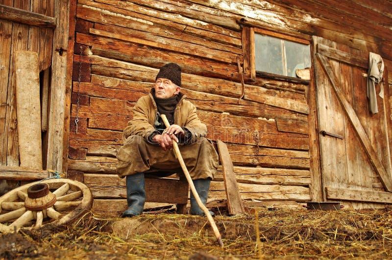 De nadenkende oude man stock afbeeldingen