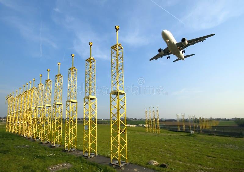 De naderbij komende baan van het vliegtuig stock foto