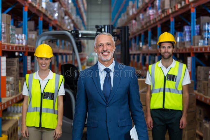 De nadruk van gelukkige manager stelt voor de arbeiders stock afbeelding