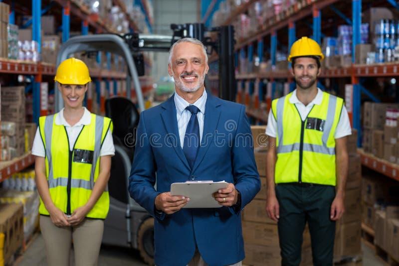 De nadruk van gelukkige manager stelt voor de arbeiders stock fotografie