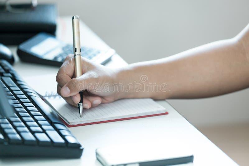 De nadruk van hand moderne vrouwen neemt nota's over lijst stock foto's