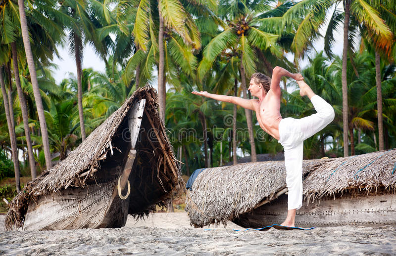 De natarajasanadanser van de yoga stelt royalty-vrije stock fotografie