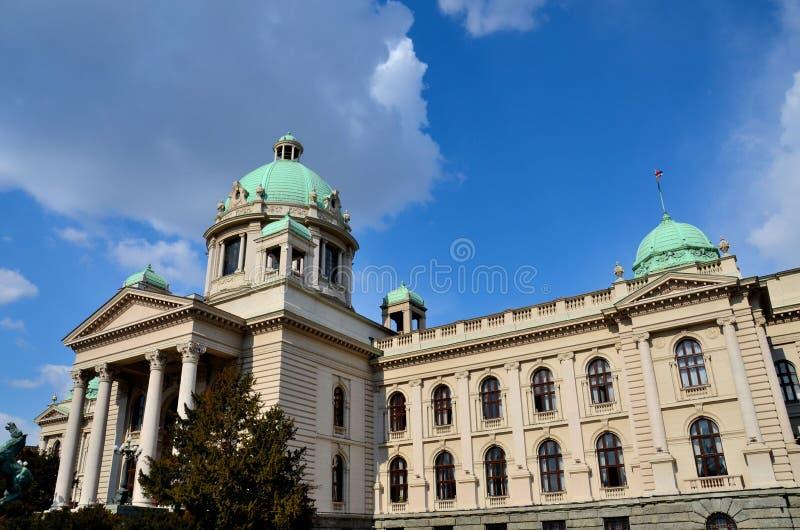 De nationale assembleebouw met koepels en het Voormalig Joegoslavië van Belgrado Servië van het paardbeeldhouwwerk stock afbeelding
